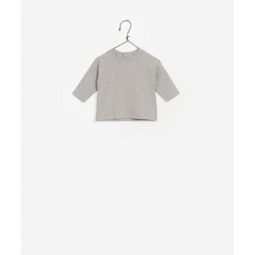 Camiseta gris con cuello...